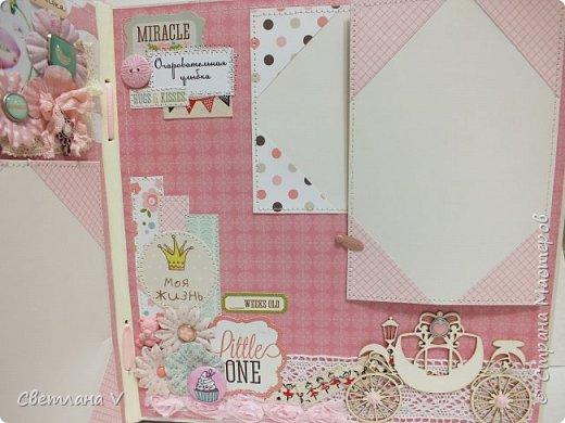 Альбом для маленькой принцессы размером 25*25, обложка обтянута хлопком, украшена кружевом, чипбордом в виде замка, топсом с бантом и пуговкой. Завязывается на ленту: фото 22