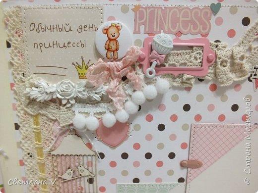 Альбом для маленькой принцессы размером 25*25, обложка обтянута хлопком, украшена кружевом, чипбордом в виде замка, топсом с бантом и пуговкой. Завязывается на ленту: фото 28