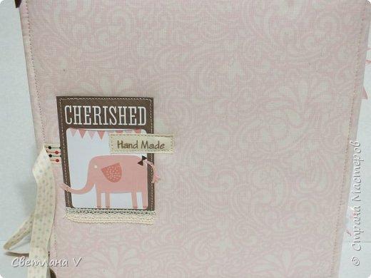 Альбом для маленькой принцессы размером 25*25, обложка обтянута хлопком, украшена кружевом, чипбордом в виде замка, топсом с бантом и пуговкой. Завязывается на ленту: фото 41
