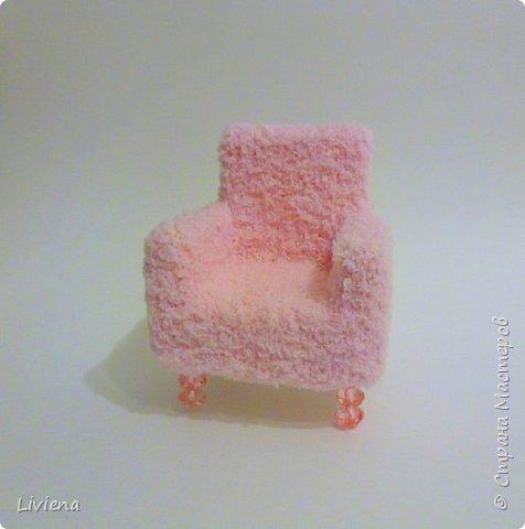 Для новогодней композиции понадобилось креслице. Создалось из подручных материалов. Гофро-картон, клей, махровый носок =), пины, бусины. фото 1