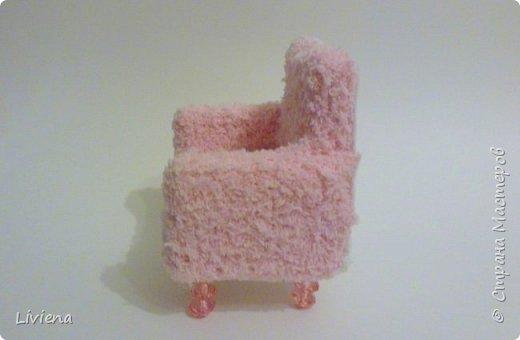 Для новогодней композиции понадобилось креслице. Создалось из подручных материалов. Гофро-картон, клей, махровый носок =), пины, бусины. фото 2