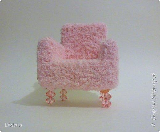 Для новогодней композиции понадобилось креслице. Создалось из подручных материалов. Гофро-картон, клей, махровый носок =), пины, бусины. фото 3