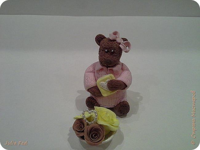 Всем привет!!!! Поздравляю со всеми прошедшими и наступающими!!! Вот под свою винтажную ёлочку решила посадить медвежку с подарками... Лепила её из самозатвердивающей глины...и цветочки тоже, только вазочку из запекаемой. Она у меня малышкой получилась, вот и Медвежкой обозвалась)))) фото 3