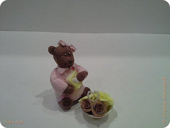Всем привет!!!! Поздравляю со всеми прошедшими и наступающими!!! Вот под свою винтажную ёлочку решила посадить медвежку с подарками... Лепила её из самозатвердивающей глины...и цветочки тоже, только вазочку из запекаемой. Она у меня малышкой получилась, вот и Медвежкой обозвалась)))) фото 2