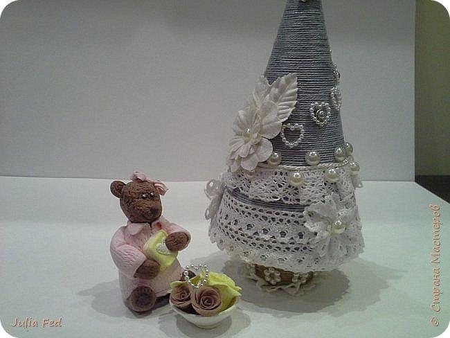 Всем привет!!!! Поздравляю со всеми прошедшими и наступающими!!! Вот под свою винтажную ёлочку решила посадить медвежку с подарками... Лепила её из самозатвердивающей глины...и цветочки тоже, только вазочку из запекаемой. Она у меня малышкой получилась, вот и Медвежкой обозвалась)))) фото 1