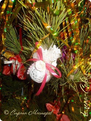 Добрый вечер Страна!Хочу всех поздравить с Новым годом!Я желаю всем ВАМ творческого вдохновения и желания творить!!!!!!!!!!!!!!!!!Сегодня выбрала минуты,что бы показать часть своих новогодних творений..Это игрушки,которые я решила сделать на елку себе домой.Что то меня на винтаж потянуло и вот украсила я свои старые шары в этом стиле... фото 2