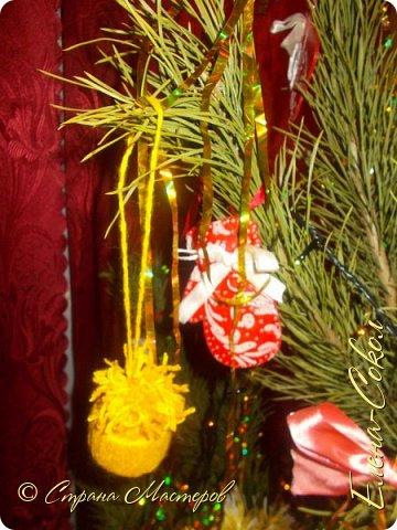 Добрый вечер Страна!Хочу всех поздравить с Новым годом!Я желаю всем ВАМ творческого вдохновения и желания творить!!!!!!!!!!!!!!!!!Сегодня выбрала минуты,что бы показать часть своих новогодних творений..Это игрушки,которые я решила сделать на елку себе домой.Что то меня на винтаж потянуло и вот украсила я свои старые шары в этом стиле... фото 3