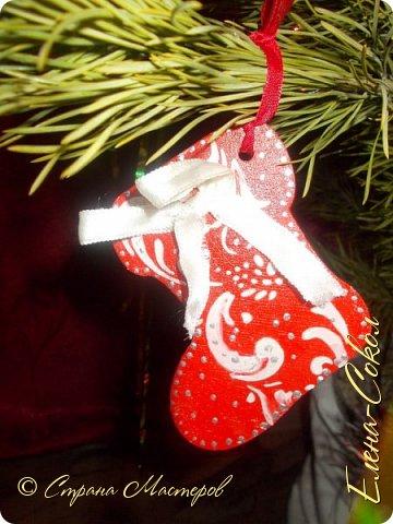 Добрый вечер Страна!Хочу всех поздравить с Новым годом!Я желаю всем ВАМ творческого вдохновения и желания творить!!!!!!!!!!!!!!!!!Сегодня выбрала минуты,что бы показать часть своих новогодних творений..Это игрушки,которые я решила сделать на елку себе домой.Что то меня на винтаж потянуло и вот украсила я свои старые шары в этом стиле... фото 6