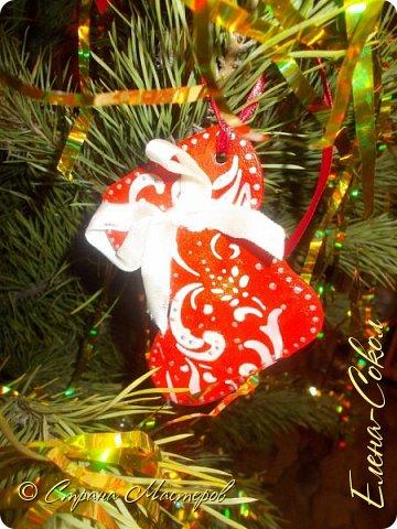 Добрый вечер Страна!Хочу всех поздравить с Новым годом!Я желаю всем ВАМ творческого вдохновения и желания творить!!!!!!!!!!!!!!!!!Сегодня выбрала минуты,что бы показать часть своих новогодних творений..Это игрушки,которые я решила сделать на елку себе домой.Что то меня на винтаж потянуло и вот украсила я свои старые шары в этом стиле... фото 7