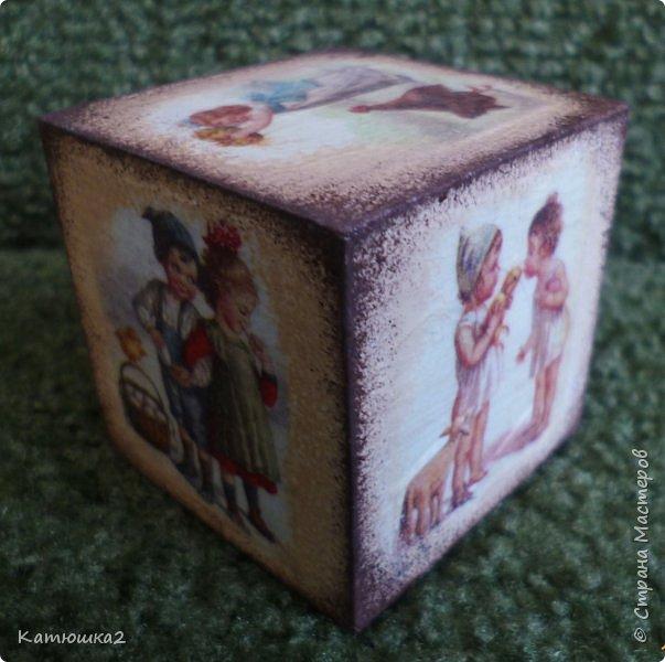 """Давно хотелось сделать что-то этакое....Малая  обожает играть с кубиками, и вот идея- декупаж кубика( конечно не я первая до этого додумалась- а жаль , но работу такую делала впервые). Ивот результат- два кубика. Размер кубиков небольшой, всего-то 5 на 5.Первый кубик """"Детки и цыплятки"""".  Давно у меня лежала рисовая карта с маленькими рисунками деток с цыпушками, вот она и пригодилась. Не  кидайтесь сильно тапками...  фото 2"""