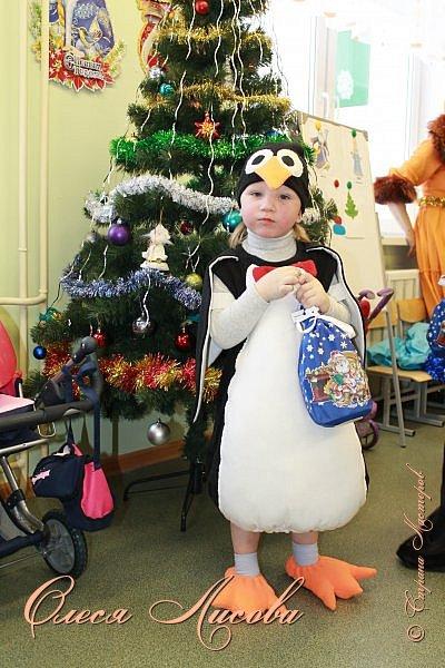 """Всем здравствуйте! Быстро пролетели новогодние каникулы и выкладываю, как и обещала, небольшой блог, посвященный новому году. Шила для своего сынули новогодний костюм """"пингвин"""". Похожие фото этой идеи подсмотрела в инете, но там почти нет описания.... Шила, как говорится, на глаз. Нарисовала от руки выкройку на ткани( делала по футболке сына), вырезала и сшила.....пол вечера и костюм готов. Не смотря на то, что шить не умею, костюм понравился и мне и всем мои родным и знакомым...главное - это то, что ни у кого такого точно нет, а примитивные зайцы, волки и петрушки уже поднадоели.... фото 10"""