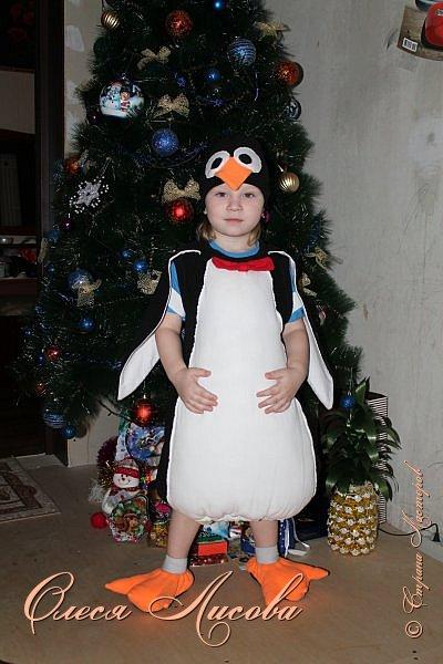 """Всем здравствуйте! Быстро пролетели новогодние каникулы и выкладываю, как и обещала, небольшой блог, посвященный новому году. Шила для своего сынули новогодний костюм """"пингвин"""". Похожие фото этой идеи подсмотрела в инете, но там почти нет описания.... Шила, как говорится, на глаз. Нарисовала от руки выкройку на ткани( делала по футболке сына), вырезала и сшила.....пол вечера и костюм готов. Не смотря на то, что шить не умею, костюм понравился и мне и всем мои родным и знакомым...главное - это то, что ни у кого такого точно нет, а примитивные зайцы, волки и петрушки уже поднадоели.... фото 1"""