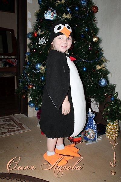 """Всем здравствуйте! Быстро пролетели новогодние каникулы и выкладываю, как и обещала, небольшой блог, посвященный новому году. Шила для своего сынули новогодний костюм """"пингвин"""". Похожие фото этой идеи подсмотрела в инете, но там почти нет описания.... Шила, как говорится, на глаз. Нарисовала от руки выкройку на ткани( делала по футболке сына), вырезала и сшила.....пол вечера и костюм готов. Не смотря на то, что шить не умею, костюм понравился и мне и всем мои родным и знакомым...главное - это то, что ни у кого такого точно нет, а примитивные зайцы, волки и петрушки уже поднадоели.... фото 3"""