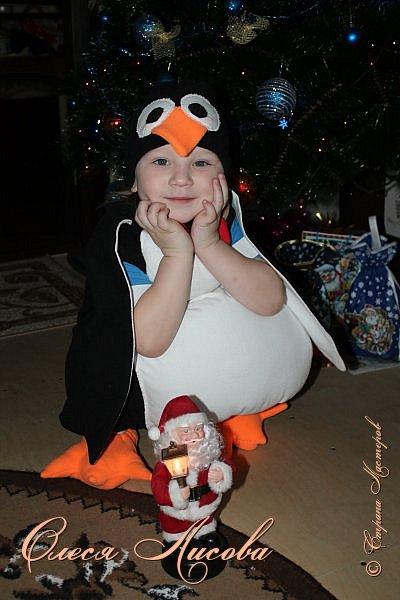 """Всем здравствуйте! Быстро пролетели новогодние каникулы и выкладываю, как и обещала, небольшой блог, посвященный новому году. Шила для своего сынули новогодний костюм """"пингвин"""". Похожие фото этой идеи подсмотрела в инете, но там почти нет описания.... Шила, как говорится, на глаз. Нарисовала от руки выкройку на ткани( делала по футболке сына), вырезала и сшила.....пол вечера и костюм готов. Не смотря на то, что шить не умею, костюм понравился и мне и всем мои родным и знакомым...главное - это то, что ни у кого такого точно нет, а примитивные зайцы, волки и петрушки уже поднадоели.... фото 4"""