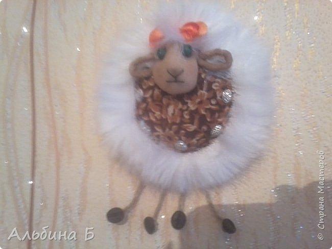 Здравствуй страна!!! Вот родилась у меня такая овечка. Сначала висела на стенке, а потом перебралась под ёлочку. Прошу  прощения за качество фото, но мой телефон не хочет делать хороших фотографий( или я такой фотограф!?)  Овечку делала по МК Ауловой  Елены   https://stranamasterov.ru/node/826709    Спасибо, Елена! фото 1