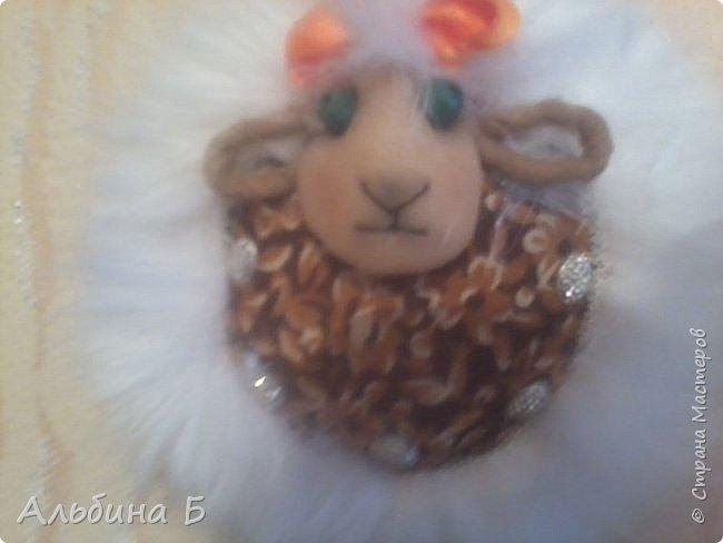 Здравствуй страна!!! Вот родилась у меня такая овечка. Сначала висела на стенке, а потом перебралась под ёлочку. Прошу  прощения за качество фото, но мой телефон не хочет делать хороших фотографий( или я такой фотограф!?)  Овечку делала по МК Ауловой  Елены   https://stranamasterov.ru/node/826709    Спасибо, Елена! фото 2