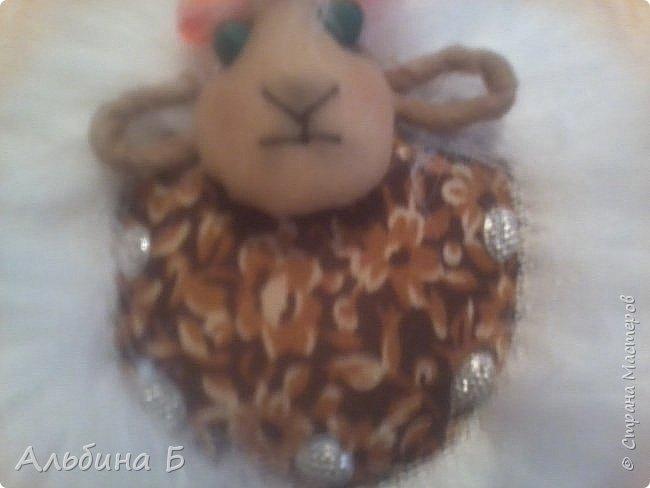 Здравствуй страна!!! Вот родилась у меня такая овечка. Сначала висела на стенке, а потом перебралась под ёлочку. Прошу  прощения за качество фото, но мой телефон не хочет делать хороших фотографий( или я такой фотограф!?)  Овечку делала по МК Ауловой  Елены   https://stranamasterov.ru/node/826709    Спасибо, Елена! фото 3