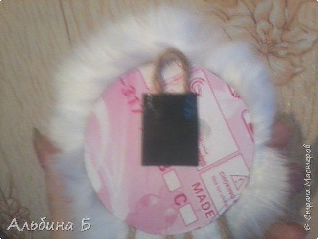 Здравствуй страна!!! Вот родилась у меня такая овечка. Сначала висела на стенке, а потом перебралась под ёлочку. Прошу  прощения за качество фото, но мой телефон не хочет делать хороших фотографий( или я такой фотограф!?)  Овечку делала по МК Ауловой  Елены   https://stranamasterov.ru/node/826709    Спасибо, Елена! фото 6