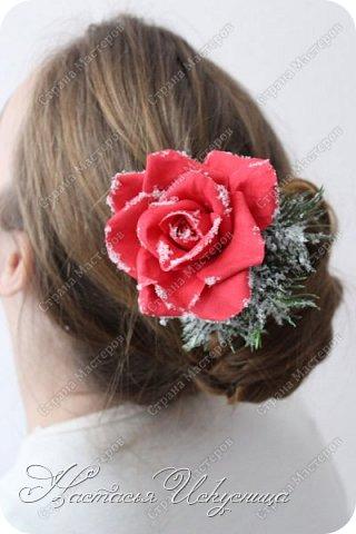 Доброго времени суток, уважаемые соседи! Спешу поздравить вас с наступившими праздниками, пожелать и в новом году находить вдохновение, воплощать задуманное и радоваться жизни! Хочется показать некоторые из моих работ на зимнюю тему. В качестве модели - моя дочь. Начну с большого зажима с розой и хвоей. Роза в диаметре 9 см. Заколка припорошена искусственным снегом. фото 1