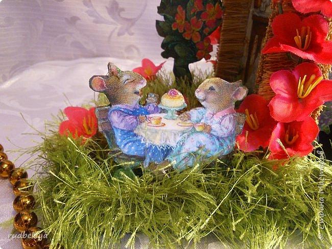 Добрый день страна Мастеров!!! Вот уже и прошли почти все праздники. Поздравления отправлены, подарки все подарены. Тайна подарков соблюдена (поэтому я ничего и не выставляла). А теперь пришло время познакомиться. представляю Вам чайный домик В гостях у Сьюзен. Удивительная художница Сьюзен Вилер (Susan Wheeler) создала свой сказочный мир, где волшебство и радость спрятаны в простых удовольствиях повседневной жизни. Художница позволяет заглянуть в уютные маленькие домики, населенные семьями милых мышек и очаровательных кроликов с благородными сердцами. Здесь всё как в мире людей. Обитатели сказочной деревни ходят друг к другу в гости, пьют чай, влюбляются, встречают Рождество, пекут пирожки, шалят, пускают кораблики... И кажется, что эта сказочная деревня находится за углом, или на вашем заднем дворе, или в саду у соседа...  фото 34