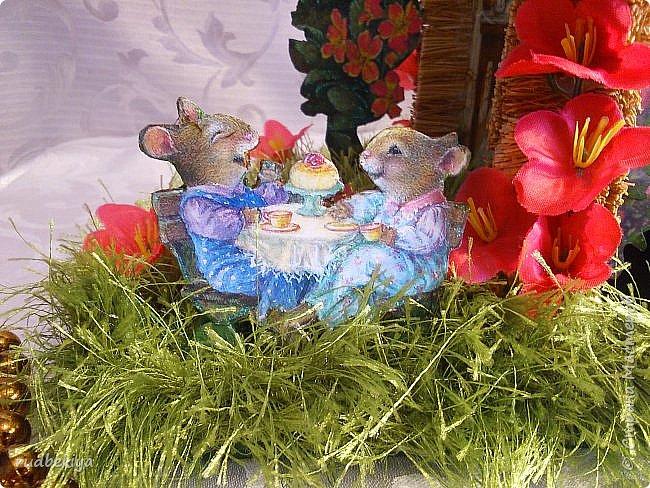 Добрый день страна Мастеров!!! Вот уже и прошли почти все праздники. Поздравления отправлены, подарки все подарены. Тайна подарков соблюдена (поэтому я ничего и не выставляла). А теперь пришло время познакомиться. представляю Вам чайный домик В гостях у Сьюзен. Удивительная художница Сьюзен Вилер (Susan Wheeler) создала свой сказочный мир, где волшебство и радость спрятаны в простых удовольствиях повседневной жизни. Художница позволяет заглянуть в уютные маленькие домики, населенные семьями милых мышек и очаровательных кроликов с благородными сердцами. Здесь всё как в мире людей. Обитатели сказочной деревни ходят друг к другу в гости, пьют чай, влюбляются, встречают Рождество, пекут пирожки, шалят, пускают кораблики... И кажется, что эта сказочная деревня находится за углом, или на вашем заднем дворе, или в саду у соседа...  фото 5