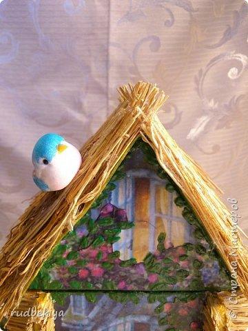 Добрый день страна Мастеров!!! Вот уже и прошли почти все праздники. Поздравления отправлены, подарки все подарены. Тайна подарков соблюдена (поэтому я ничего и не выставляла). А теперь пришло время познакомиться. представляю Вам чайный домик В гостях у Сьюзен. Удивительная художница Сьюзен Вилер (Susan Wheeler) создала свой сказочный мир, где волшебство и радость спрятаны в простых удовольствиях повседневной жизни. Художница позволяет заглянуть в уютные маленькие домики, населенные семьями милых мышек и очаровательных кроликов с благородными сердцами. Здесь всё как в мире людей. Обитатели сказочной деревни ходят друг к другу в гости, пьют чай, влюбляются, встречают Рождество, пекут пирожки, шалят, пускают кораблики... И кажется, что эта сказочная деревня находится за углом, или на вашем заднем дворе, или в саду у соседа...  фото 2