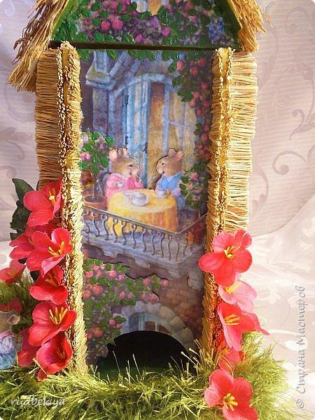 Добрый день страна Мастеров!!! Вот уже и прошли почти все праздники. Поздравления отправлены, подарки все подарены. Тайна подарков соблюдена (поэтому я ничего и не выставляла). А теперь пришло время познакомиться. представляю Вам чайный домик В гостях у Сьюзен. Удивительная художница Сьюзен Вилер (Susan Wheeler) создала свой сказочный мир, где волшебство и радость спрятаны в простых удовольствиях повседневной жизни. Художница позволяет заглянуть в уютные маленькие домики, населенные семьями милых мышек и очаровательных кроликов с благородными сердцами. Здесь всё как в мире людей. Обитатели сказочной деревни ходят друг к другу в гости, пьют чай, влюбляются, встречают Рождество, пекут пирожки, шалят, пускают кораблики... И кажется, что эта сказочная деревня находится за углом, или на вашем заднем дворе, или в саду у соседа...  фото 33
