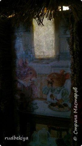 Добрый день страна Мастеров!!! Вот уже и прошли почти все праздники. Поздравления отправлены, подарки все подарены. Тайна подарков соблюдена (поэтому я ничего и не выставляла). А теперь пришло время познакомиться. представляю Вам чайный домик В гостях у Сьюзен. Удивительная художница Сьюзен Вилер (Susan Wheeler) создала свой сказочный мир, где волшебство и радость спрятаны в простых удовольствиях повседневной жизни. Художница позволяет заглянуть в уютные маленькие домики, населенные семьями милых мышек и очаровательных кроликов с благородными сердцами. Здесь всё как в мире людей. Обитатели сказочной деревни ходят друг к другу в гости, пьют чай, влюбляются, встречают Рождество, пекут пирожки, шалят, пускают кораблики... И кажется, что эта сказочная деревня находится за углом, или на вашем заднем дворе, или в саду у соседа...  фото 32