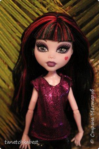 Вчера зашла в магазин тканей и купила чудесную блестящую розовую ткань. Дома у меня нашлась такая же черная. И пришла в голову идея пошить куколкам вот такие блестящие костюмы! фото 4
