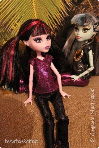 Вчера зашла в магазин тканей и купила чудесную блестящую розовую ткань. Дома у меня нашлась такая же черная. И пришла в голову идея пошить куколкам вот такие блестящие костюмы! фото 3