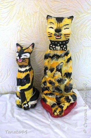 Кошечки выполнены из глины. Высота 20 и 15 см. Расписана гуашью и покрыта лаком бесцветным Работы были подарены. это единственный снимок.