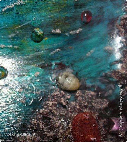 """Здравствуй Страна!! Страна волшебников и мастеров!!! Сегодня я с продолжение морской темы, так мной полюбившейся....Сегодня морские бутылочки.....и дебют тарелочки, тоже с морской тематикой """" на дне морском""""... Такую бутылочку я уже выставляла, с МК,  вот здесь https://stranamasterov.ru/node/867382. Это была  оабота для новогодней, пиратской вечеринки.... Но ,  все участники захотели иметь такую же бутылочку... Я отказать не смогла....И вот результат - еще 2 новенькие, морские, так сказать- с пылу -жару....Их уже утащили, ладно сфоткать дали.  И так.... Я вам покажу, рассказывать почти ничего не буду (если кому-то интересно , то заходите на  МК) фото 30"""