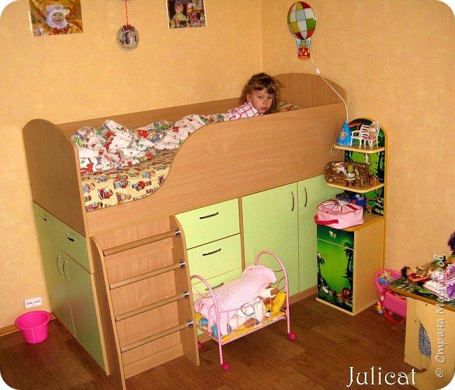 Приветствую, Вас, уважаемые гости моего блога!!! Сегодня познакомлю Вас моим проектом - мебель для младшей доченьки Катюши - кровать-чердак и письменный стол с надстройкой. История начинается еще с 2011 года - наберитесь терпения;)  В нашей квартире мы с мужем и наша младшая 6-летняя доченька размещаемся в одной комнате. Можно сказать, что мы живем в детской, поскольку в комнате, которая еще в моем детстве, всегда называлась детской, живет наша старшая дочь, которой уже 21 год.  Итак, на площади 17 кв.м мы с мужем всегда старались выделить для младшенькой свою зону. фото 12