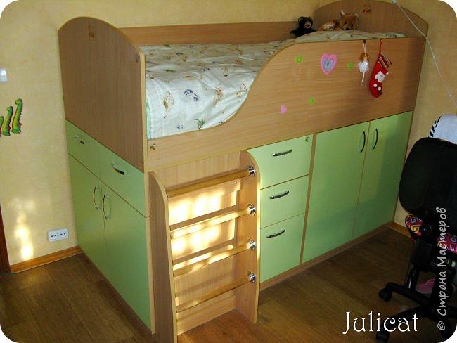 Приветствую, Вас, уважаемые гости моего блога!!! Сегодня познакомлю Вас моим проектом - мебель для младшей доченьки Катюши - кровать-чердак и письменный стол с надстройкой. История начинается еще с 2011 года - наберитесь терпения;)  В нашей квартире мы с мужем и наша младшая 6-летняя доченька размещаемся в одной комнате. Можно сказать, что мы живем в детской, поскольку в комнате, которая еще в моем детстве, всегда называлась детской, живет наша старшая дочь, которой уже 21 год.  Итак, на площади 17 кв.м мы с мужем всегда старались выделить для младшенькой свою зону. фото 24