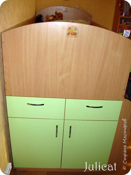 Приветствую, Вас, уважаемые гости моего блога!!! Сегодня познакомлю Вас моим проектом - мебель для младшей доченьки Катюши - кровать-чердак и письменный стол с надстройкой. История начинается еще с 2011 года - наберитесь терпения;)  В нашей квартире мы с мужем и наша младшая 6-летняя доченька размещаемся в одной комнате. Можно сказать, что мы живем в детской, поскольку в комнате, которая еще в моем детстве, всегда называлась детской, живет наша старшая дочь, которой уже 21 год.  Итак, на площади 17 кв.м мы с мужем всегда старались выделить для младшенькой свою зону. фото 15