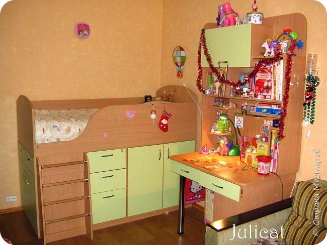 Приветствую, Вас, уважаемые гости моего блога!!! Сегодня познакомлю Вас моим проектом - мебель для младшей доченьки Катюши - кровать-чердак и письменный стол с надстройкой. История начинается еще с 2011 года - наберитесь терпения;)  В нашей квартире мы с мужем и наша младшая 6-летняя доченька размещаемся в одной комнате. Можно сказать, что мы живем в детской, поскольку в комнате, которая еще в моем детстве, всегда называлась детской, живет наша старшая дочь, которой уже 21 год.  Итак, на площади 17 кв.м мы с мужем всегда старались выделить для младшенькой свою зону. фото 1