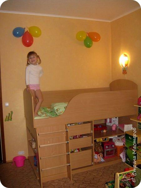 Приветствую, Вас, уважаемые гости моего блога!!! Сегодня познакомлю Вас моим проектом - мебель для младшей доченьки Катюши - кровать-чердак и письменный стол с надстройкой. История начинается еще с 2011 года - наберитесь терпения;)  В нашей квартире мы с мужем и наша младшая 6-летняя доченька размещаемся в одной комнате. Можно сказать, что мы живем в детской, поскольку в комнате, которая еще в моем детстве, всегда называлась детской, живет наша старшая дочь, которой уже 21 год.  Итак, на площади 17 кв.м мы с мужем всегда старались выделить для младшенькой свою зону. фото 9