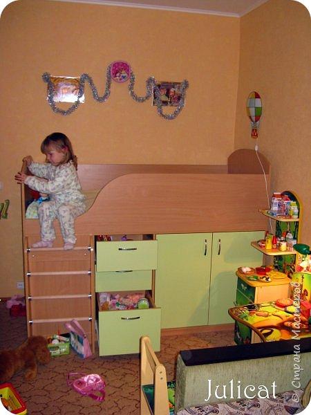 Приветствую, Вас, уважаемые гости моего блога!!! Сегодня познакомлю Вас моим проектом - мебель для младшей доченьки Катюши - кровать-чердак и письменный стол с надстройкой. История начинается еще с 2011 года - наберитесь терпения;)  В нашей квартире мы с мужем и наша младшая 6-летняя доченька размещаемся в одной комнате. Можно сказать, что мы живем в детской, поскольку в комнате, которая еще в моем детстве, всегда называлась детской, живет наша старшая дочь, которой уже 21 год.  Итак, на площади 17 кв.м мы с мужем всегда старались выделить для младшенькой свою зону. фото 10