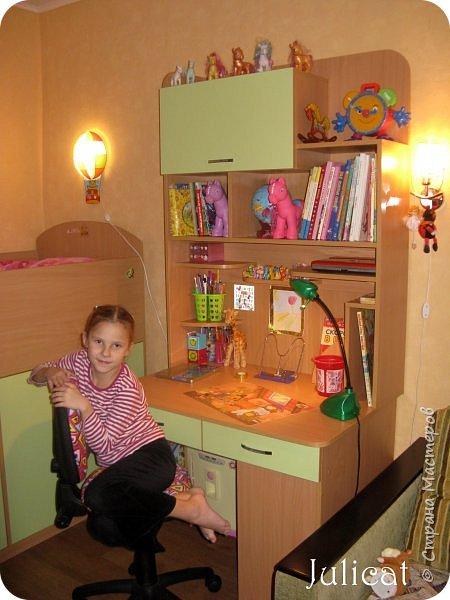 Приветствую, Вас, уважаемые гости моего блога!!! Сегодня познакомлю Вас моим проектом - мебель для младшей доченьки Катюши - кровать-чердак и письменный стол с надстройкой. История начинается еще с 2011 года - наберитесь терпения;)  В нашей квартире мы с мужем и наша младшая 6-летняя доченька размещаемся в одной комнате. Можно сказать, что мы живем в детской, поскольку в комнате, которая еще в моем детстве, всегда называлась детской, живет наша старшая дочь, которой уже 21 год.  Итак, на площади 17 кв.м мы с мужем всегда старались выделить для младшенькой свою зону. фото 28