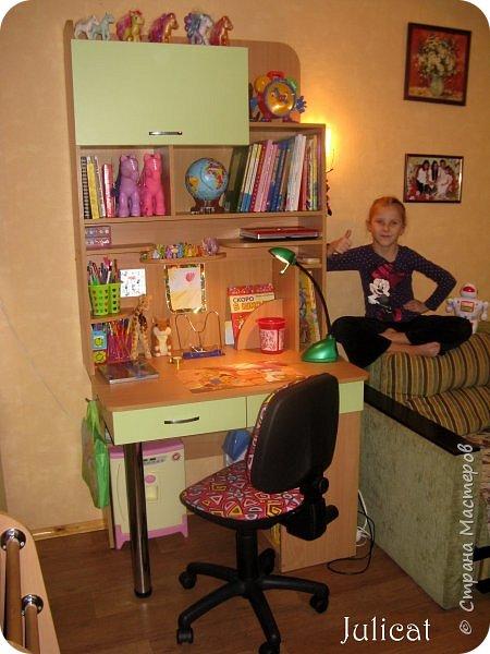 Приветствую, Вас, уважаемые гости моего блога!!! Сегодня познакомлю Вас моим проектом - мебель для младшей доченьки Катюши - кровать-чердак и письменный стол с надстройкой. История начинается еще с 2011 года - наберитесь терпения;)  В нашей квартире мы с мужем и наша младшая 6-летняя доченька размещаемся в одной комнате. Можно сказать, что мы живем в детской, поскольку в комнате, которая еще в моем детстве, всегда называлась детской, живет наша старшая дочь, которой уже 21 год.  Итак, на площади 17 кв.м мы с мужем всегда старались выделить для младшенькой свою зону. фото 27