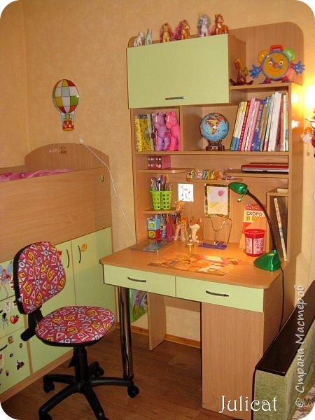 Приветствую, Вас, уважаемые гости моего блога!!! Сегодня познакомлю Вас моим проектом - мебель для младшей доченьки Катюши - кровать-чердак и письменный стол с надстройкой. История начинается еще с 2011 года - наберитесь терпения;)  В нашей квартире мы с мужем и наша младшая 6-летняя доченька размещаемся в одной комнате. Можно сказать, что мы живем в детской, поскольку в комнате, которая еще в моем детстве, всегда называлась детской, живет наша старшая дочь, которой уже 21 год.  Итак, на площади 17 кв.м мы с мужем всегда старались выделить для младшенькой свою зону. фото 31