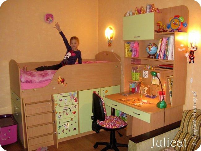 Приветствую, Вас, уважаемые гости моего блога!!! Сегодня познакомлю Вас моим проектом - мебель для младшей доченьки Катюши - кровать-чердак и письменный стол с надстройкой. История начинается еще с 2011 года - наберитесь терпения;)  В нашей квартире мы с мужем и наша младшая 6-летняя доченька размещаемся в одной комнате. Можно сказать, что мы живем в детской, поскольку в комнате, которая еще в моем детстве, всегда называлась детской, живет наша старшая дочь, которой уже 21 год.  Итак, на площади 17 кв.м мы с мужем всегда старались выделить для младшенькой свою зону. фото 34