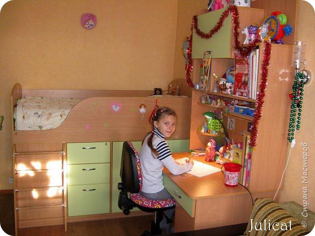 Приветствую, Вас, уважаемые гости моего блога!!! Сегодня познакомлю Вас моим проектом - мебель для младшей доченьки Катюши - кровать-чердак и письменный стол с надстройкой. История начинается еще с 2011 года - наберитесь терпения;)  В нашей квартире мы с мужем и наша младшая 6-летняя доченька размещаемся в одной комнате. Можно сказать, что мы живем в детской, поскольку в комнате, которая еще в моем детстве, всегда называлась детской, живет наша старшая дочь, которой уже 21 год.  Итак, на площади 17 кв.м мы с мужем всегда старались выделить для младшенькой свою зону. фото 39