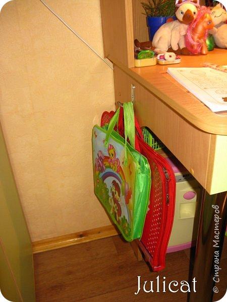 Приветствую, Вас, уважаемые гости моего блога!!! Сегодня познакомлю Вас моим проектом - мебель для младшей доченьки Катюши - кровать-чердак и письменный стол с надстройкой. История начинается еще с 2011 года - наберитесь терпения;)  В нашей квартире мы с мужем и наша младшая 6-летняя доченька размещаемся в одной комнате. Можно сказать, что мы живем в детской, поскольку в комнате, которая еще в моем детстве, всегда называлась детской, живет наша старшая дочь, которой уже 21 год.  Итак, на площади 17 кв.м мы с мужем всегда старались выделить для младшенькой свою зону. фото 36