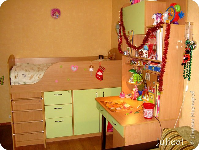 Приветствую, Вас, уважаемые гости моего блога!!! Сегодня познакомлю Вас моим проектом - мебель для младшей доченьки Катюши - кровать-чердак и письменный стол с надстройкой. История начинается еще с 2011 года - наберитесь терпения;)  В нашей квартире мы с мужем и наша младшая 6-летняя доченька размещаемся в одной комнате. Можно сказать, что мы живем в детской, поскольку в комнате, которая еще в моем детстве, всегда называлась детской, живет наша старшая дочь, которой уже 21 год.  Итак, на площади 17 кв.м мы с мужем всегда старались выделить для младшенькой свою зону. фото 43