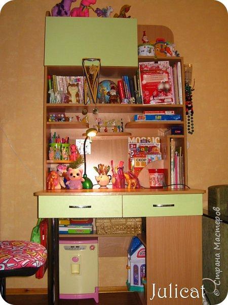 Приветствую, Вас, уважаемые гости моего блога!!! Сегодня познакомлю Вас моим проектом - мебель для младшей доченьки Катюши - кровать-чердак и письменный стол с надстройкой. История начинается еще с 2011 года - наберитесь терпения;)  В нашей квартире мы с мужем и наша младшая 6-летняя доченька размещаемся в одной комнате. Можно сказать, что мы живем в детской, поскольку в комнате, которая еще в моем детстве, всегда называлась детской, живет наша старшая дочь, которой уже 21 год.  Итак, на площади 17 кв.м мы с мужем всегда старались выделить для младшенькой свою зону. фото 38