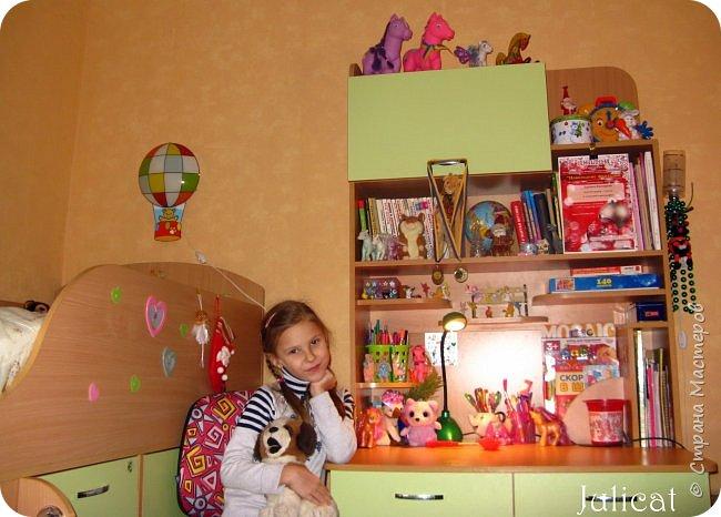 Приветствую, Вас, уважаемые гости моего блога!!! Сегодня познакомлю Вас моим проектом - мебель для младшей доченьки Катюши - кровать-чердак и письменный стол с надстройкой. История начинается еще с 2011 года - наберитесь терпения;)  В нашей квартире мы с мужем и наша младшая 6-летняя доченька размещаемся в одной комнате. Можно сказать, что мы живем в детской, поскольку в комнате, которая еще в моем детстве, всегда называлась детской, живет наша старшая дочь, которой уже 21 год.  Итак, на площади 17 кв.м мы с мужем всегда старались выделить для младшенькой свою зону. фото 42