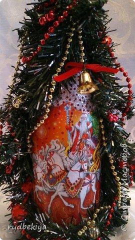 Дорогие Мастера и Мастерицы! Хочу поздравить вас с наступающим Старым Новым годом!!!! Старый Новый Год, как чудо,  Что приходит ни откуда  И уходит навсегда,  Непонятно нам куда.  Легкой поступью морозной  Он покрыл березы, сосны  И велит себя опять  Ровно в полночь нам встречать.  Дорогие гости наши,  Мы желаем вам добра,  И здоровья, и достатка,  И французского вина.  Старый Новый Год пусть будет  Лучше всех прошедших лет.  Дети пусть приносят радость,  А в любви – опять рассвет. (Ольга Теплякова). Новый год как известно не может быть без подарков, поэтому представляю Вам подарочные бутылочки - елочки 2015 года.   фото 4