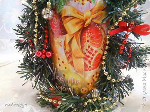 Дорогие Мастера и Мастерицы! Хочу поздравить вас с наступающим Старым Новым годом!!!! Старый Новый Год, как чудо,  Что приходит ни откуда  И уходит навсегда,  Непонятно нам куда.  Легкой поступью морозной  Он покрыл березы, сосны  И велит себя опять  Ровно в полночь нам встречать.  Дорогие гости наши,  Мы желаем вам добра,  И здоровья, и достатка,  И французского вина.  Старый Новый Год пусть будет  Лучше всех прошедших лет.  Дети пусть приносят радость,  А в любви – опять рассвет. (Ольга Теплякова). Новый год как известно не может быть без подарков, поэтому представляю Вам подарочные бутылочки - елочки 2015 года.   фото 9