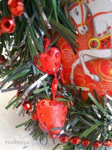 Дорогие Мастера и Мастерицы! Хочу поздравить вас с наступающим Старым Новым годом!!!! Старый Новый Год, как чудо,  Что приходит ни откуда  И уходит навсегда,  Непонятно нам куда.  Легкой поступью морозной  Он покрыл березы, сосны  И велит себя опять  Ровно в полночь нам встречать.  Дорогие гости наши,  Мы желаем вам добра,  И здоровья, и достатка,  И французского вина.  Старый Новый Год пусть будет  Лучше всех прошедших лет.  Дети пусть приносят радость,  А в любви – опять рассвет. (Ольга Теплякова). Новый год как известно не может быть без подарков, поэтому представляю Вам подарочные бутылочки - елочки 2015 года.   фото 12